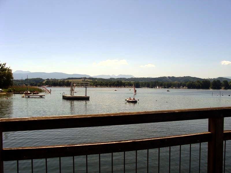 Wir radeln über eine Brücke und haben wieder einen schönen Blick auf den See.