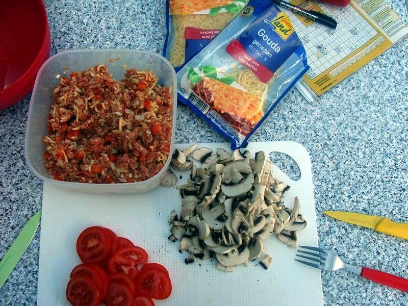 Mal abgeschmeckt und dann die Tomaten in Scheiben schneiden