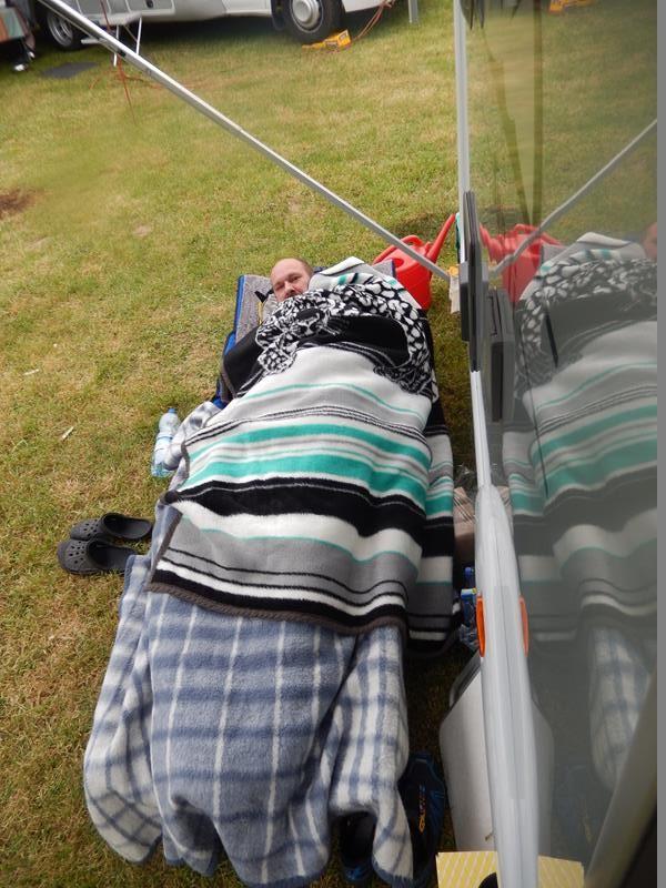 Daniel hat auf Zelt aufbauen verzichtet und unter der Markise geschlafen.