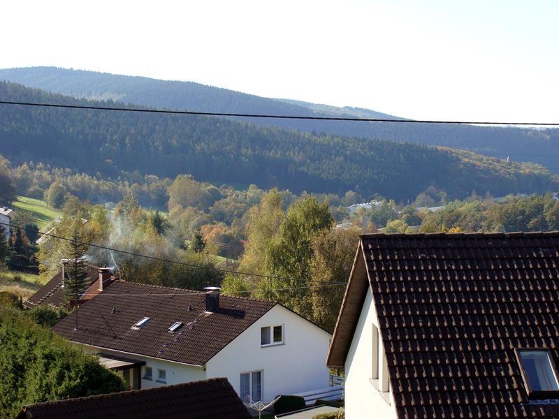 Über dem rechten Hausdach vor dem Wald, wo man ein weißes Gebäude sieht, da muss ich hin. Da steht der Pössl.