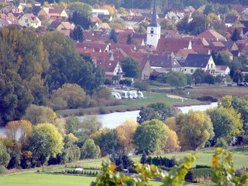 Und da bin ich auch schon. Blick über Mainstockheim. Das ist der Stellplatz von Albertshofen.