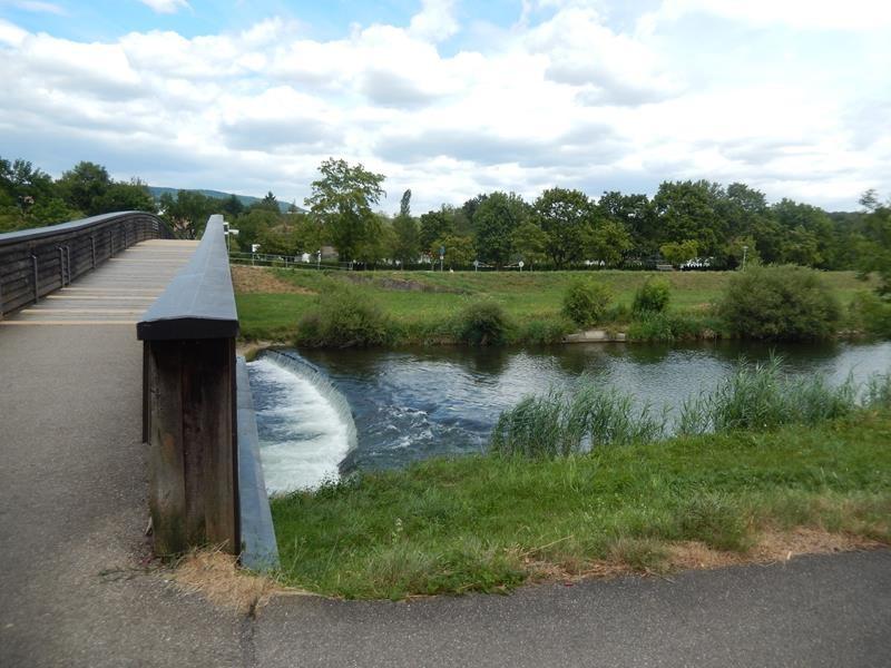Zum Freibad gelangt man über eine Brücke.