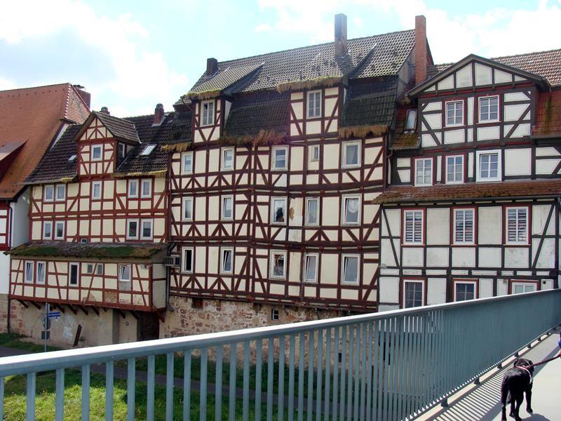 Viele schöne alte Häuser entlang der Fulda