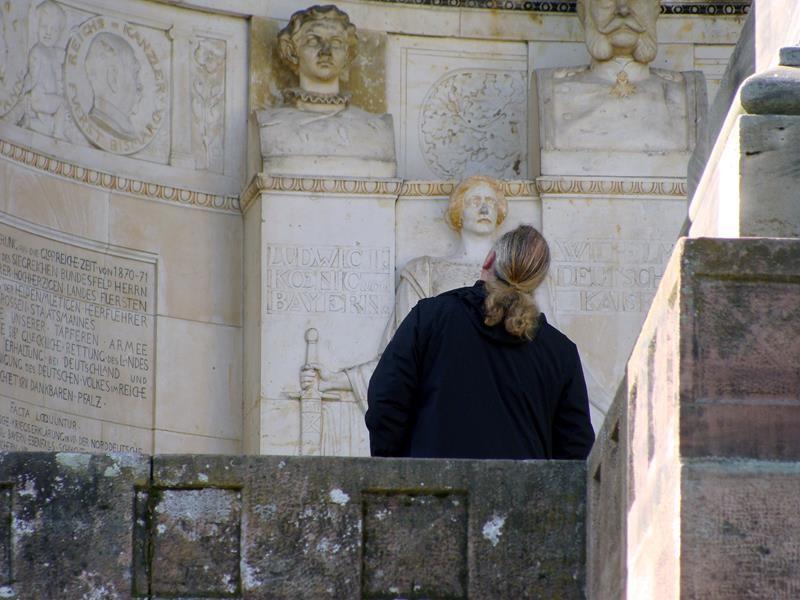 Micheal studiert konzentriert die Inschriften