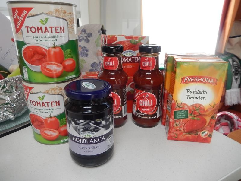 Oliven, passierte und geschälte Tomaten, Chilisoße, Tomatenmark, Stangensellerie, Frühlingszwiebeln...