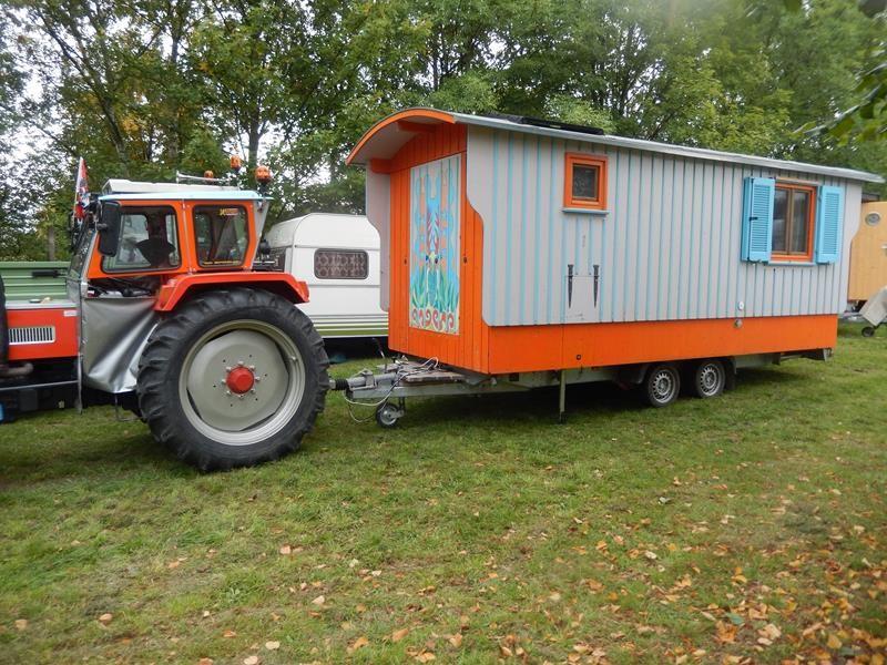 Ein Teilnehmer aus Österreich. Der Bauwagen ist genial zum Wohnwagen umgebaut.