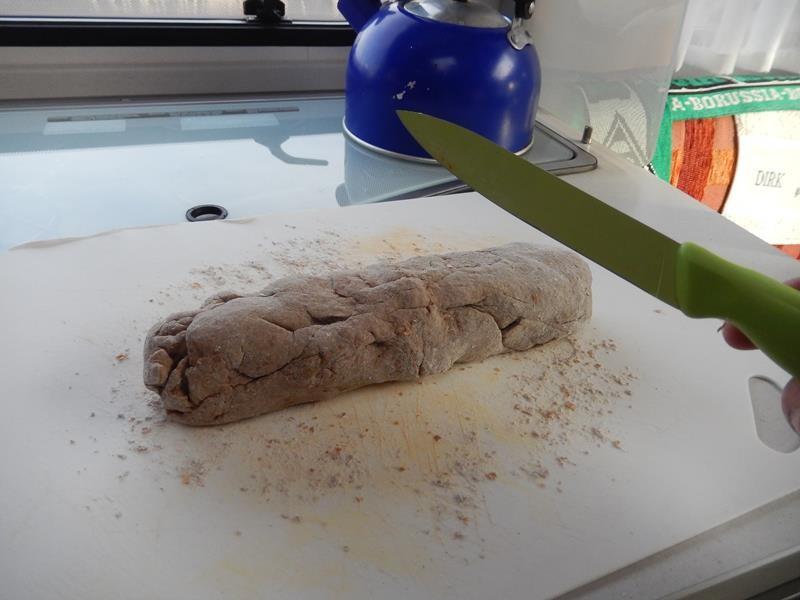 den Teig dann noch mal kenten und in eine längere Wurst formen