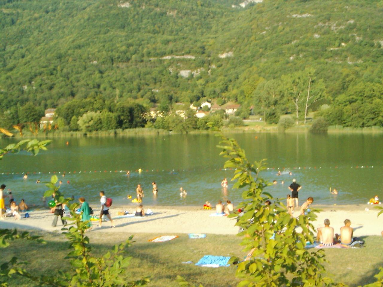 Der See. Für die Gäste des Campingplatzes ist der Eintritt frei, alle anderen müssen zahlen. Die Franzosen verbringen hier auch ihre Mittagspause. Die wissen wie man das Leben genießt.