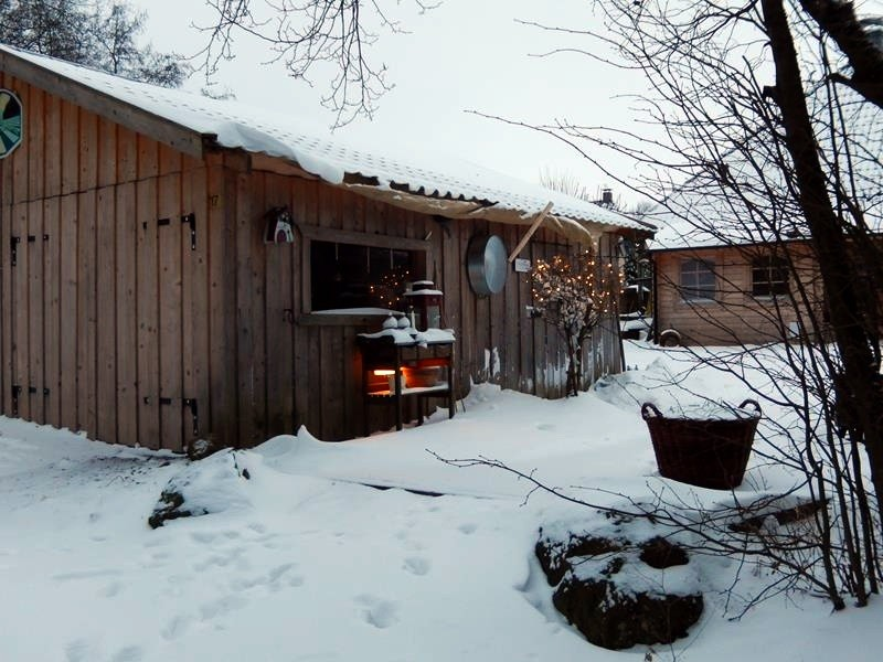 Hinten das Haus, vorne die Garage. So wohnen hier viele.
