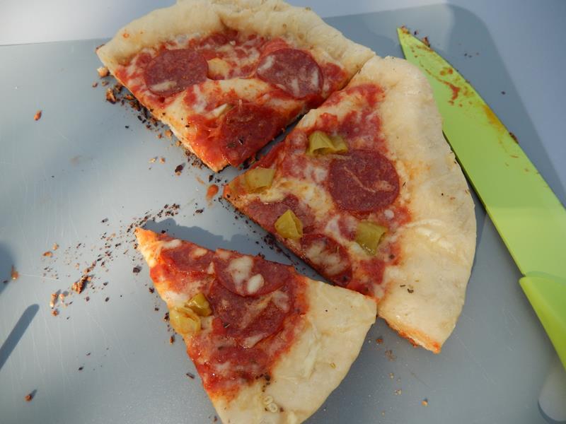 hmmmmmm wie lecker und die zweite Pizza liegt schon auf dem Cobb