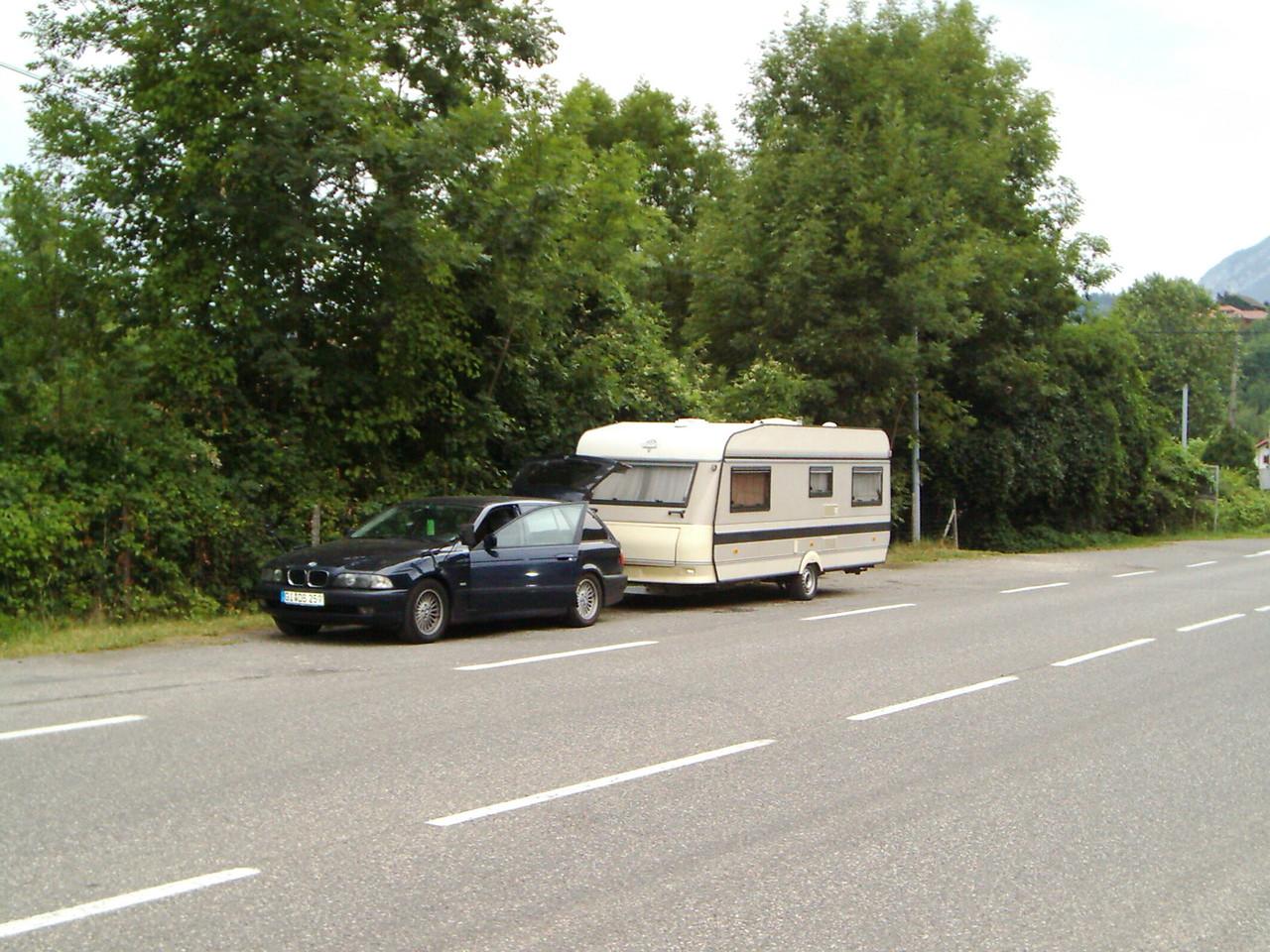 Die erste Nacht mussten wir auf einem Seitenstreifen vor einem vollen Campingplatz schlafen. Es war einfach alles überfüllt in und um Annecy, wegen der Tour de France.