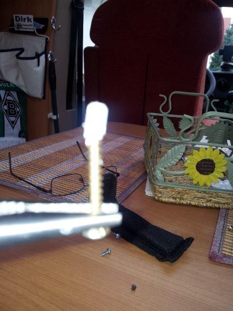 nach etwas handieren hab ich das abgebrochene Teilchen mit einer kleinem Schraube raus bekommen. Puuuuuh!