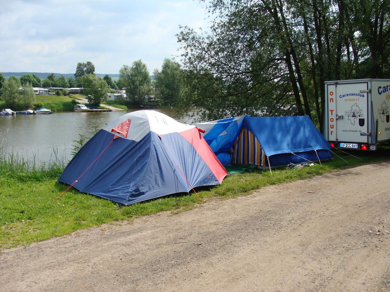 Unsere Kinder und noch weitere schlafen im Zelt.
