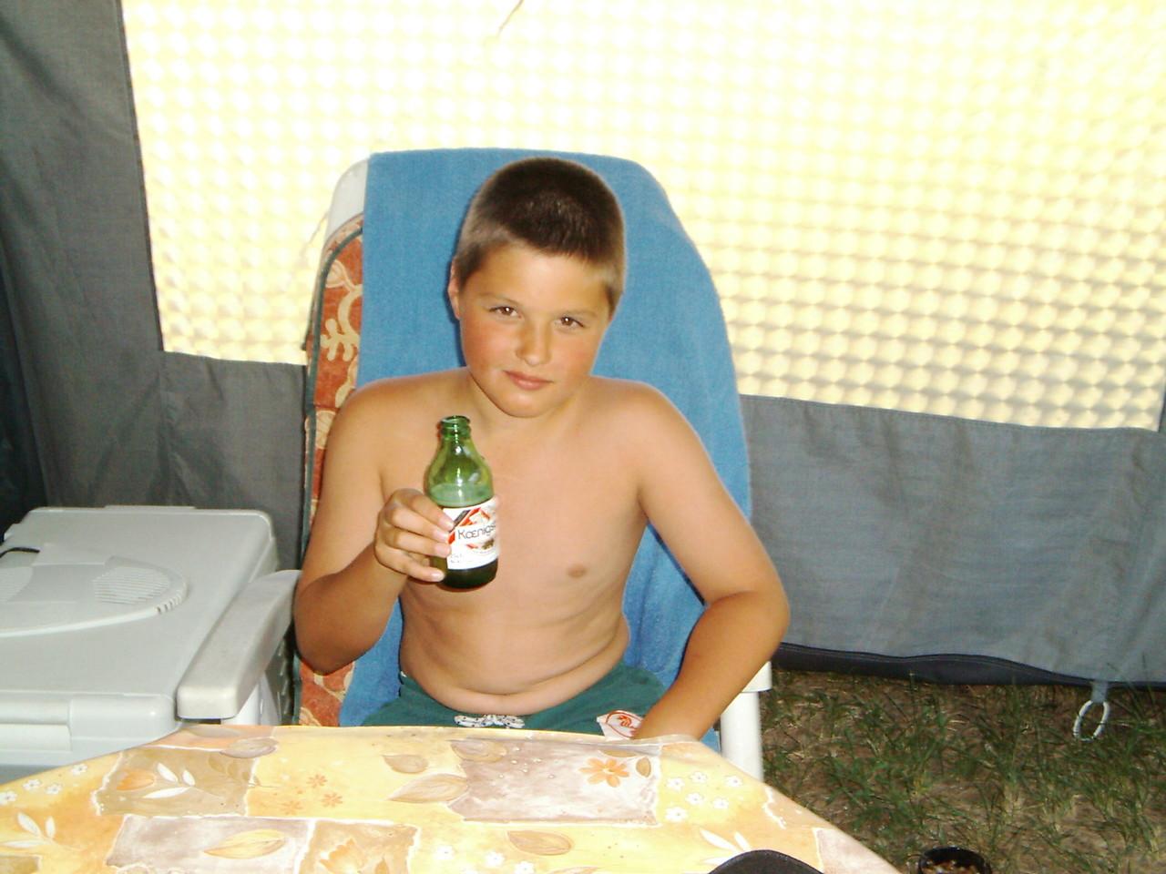 Das sieht nur so aus.....wirklich! ;) Pascal hat an dem Bier auch mal genippt, aber geschmeckt hat es dann doch nicht.