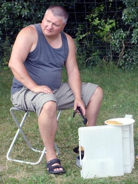 Windschutz - die Flamme bleibt nicht an. Hier machen wir Bekanntschafft mit dem Cobb-Grill.