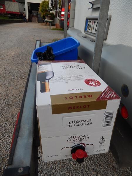10 Liter Rotwein im Tetrapak haben Sabine und Michael aus Frankreich mitgebracht.