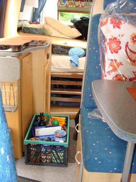 Alles ausgeräumt und in Klappkörbe gepackt.