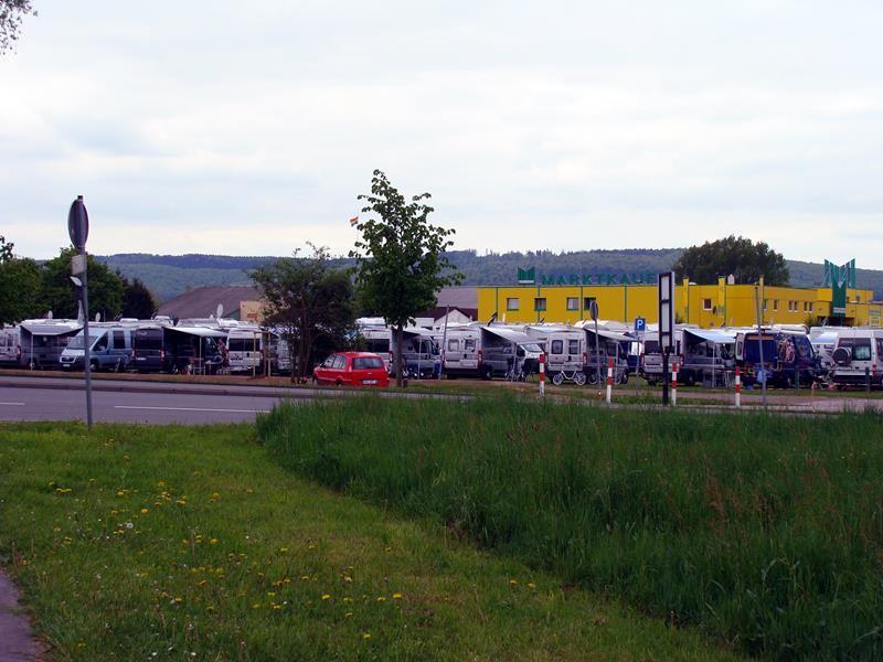 Der Stellplatz vor dem Campingplatz in Holzminden