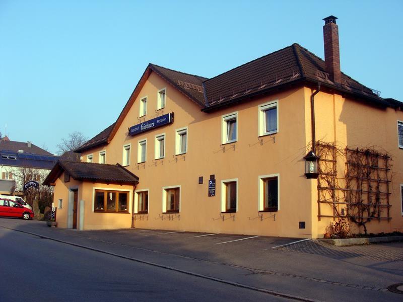 Auf dem Weg nach Bad Königshofen bleiben wir eine Nacht in Cham. Hier beim Käsbauern im Hinterhof ist für Wohnmobile Platz