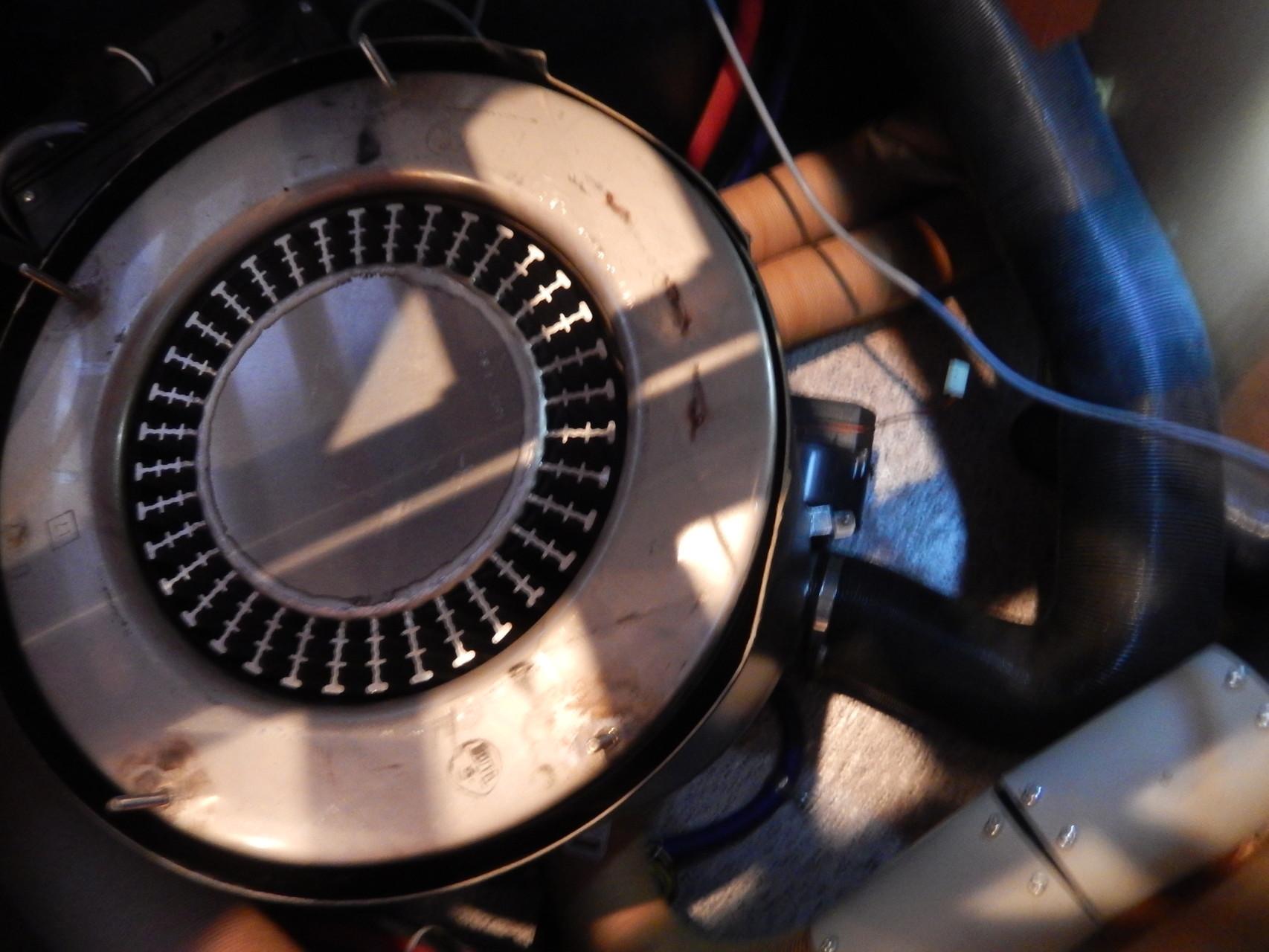 hhier ein Blick in das innere der Truma 6002C, der Boiler