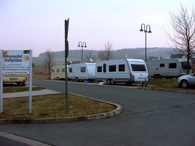 """Der Stellplatz ist von den """"Romas"""" belegt und so stellen wir uns auf den Parkplatz."""