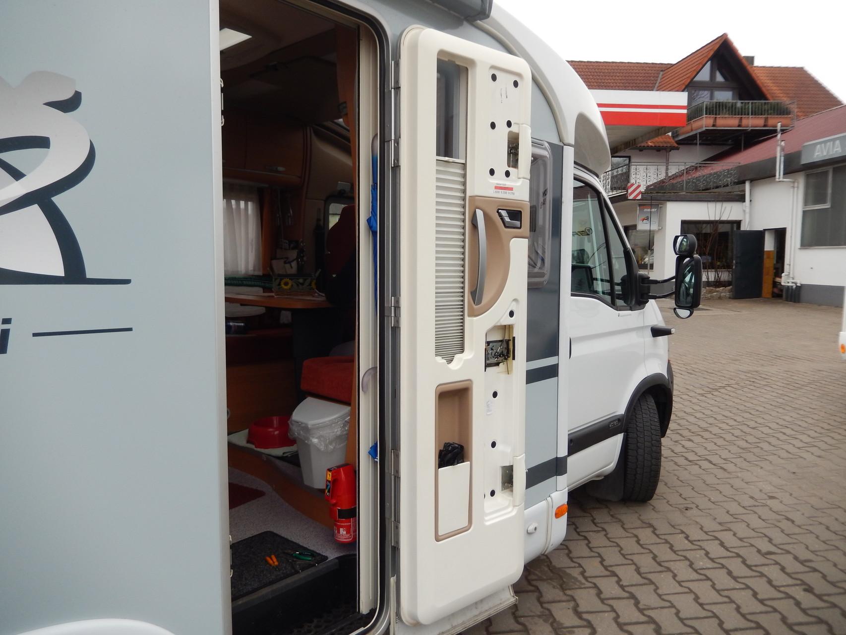 Hier, in Rauhenebrach, wird nun die Tür vom Horst-Pferdinand repariert......