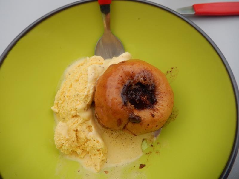 Anne hat wieder einen besonders leckeren Nachtisch gezaubert. Bratapfel mit Vanilleeis
