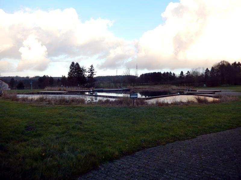 Das Naturschwimmbad unterhalb des Stellplatzes.