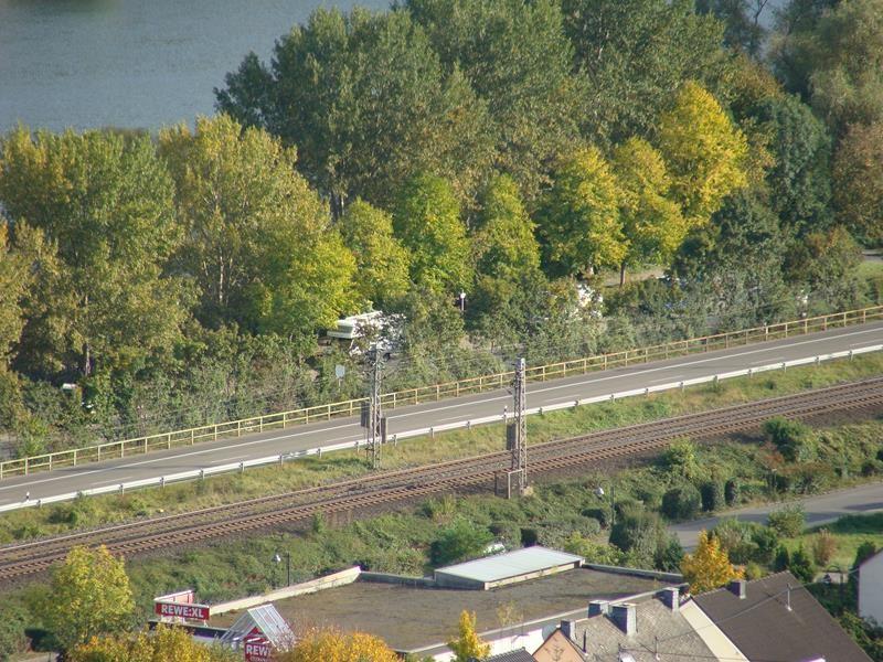 Da unten ist der Stellplatz. Bundesstraße und Bahnlinie direkt dabei - oh no.