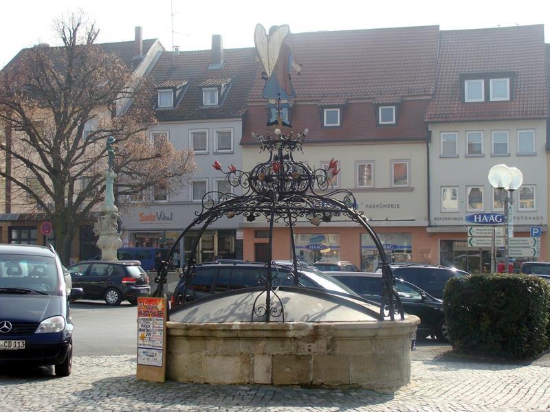 Der Brunnen von der anderen Seite. Den Namen weiß ich nicht - ist auch wurscht ;)