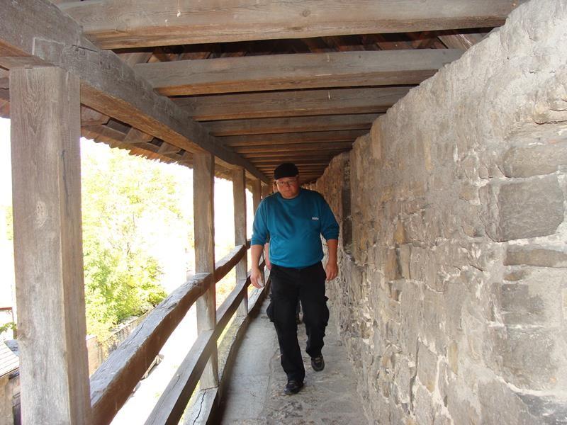 Und wieder über der Stadt an der Stadtmauer entlang zurück.