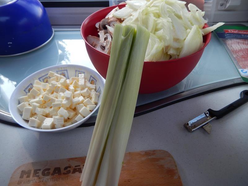 links sind die Fetawürfel, rechts das geschnittene Gemüse und die Lauchstange