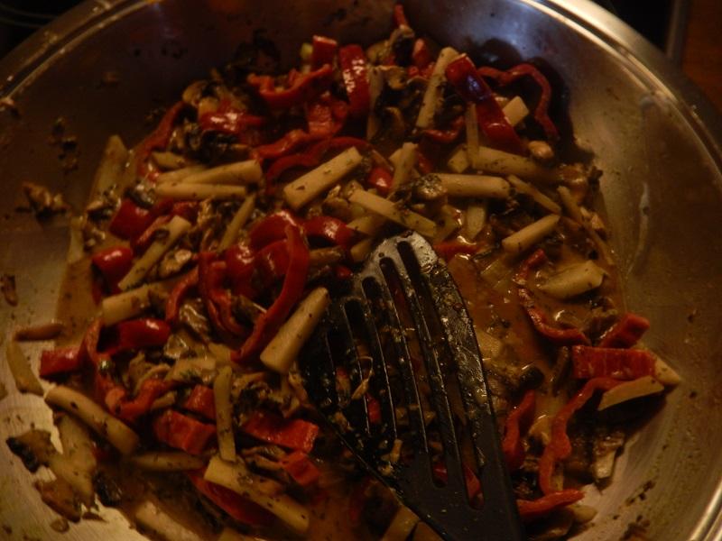 Kohlrabi, Paprika und die restlichen Pilze in streifen und in einer Pfanne in Butter und Remoulade schmoren. Mit Gewürzen abschmecken