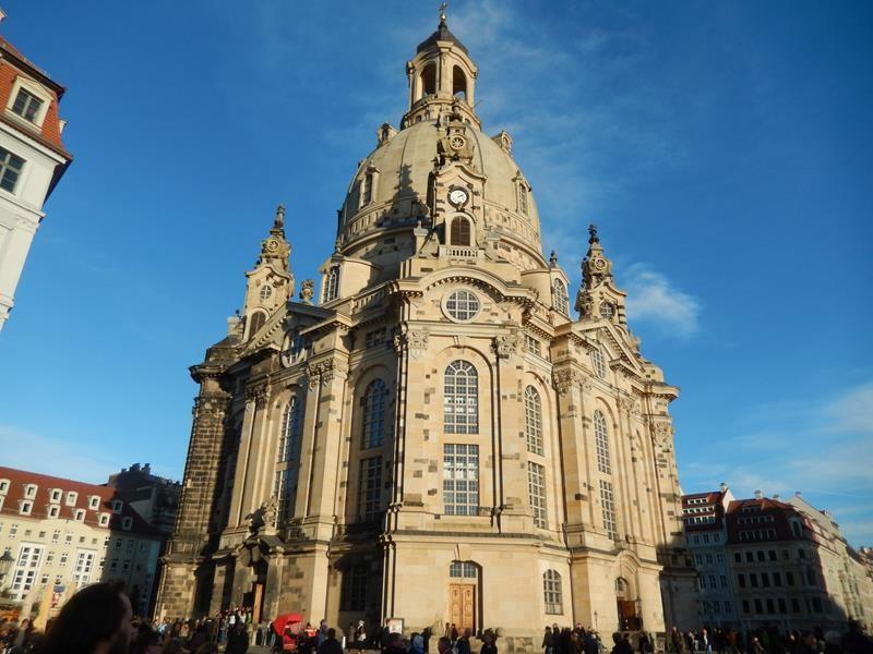 Die Frauenkirche. Vorne gehen die Leute rein und hinten kommen sie wieder raus. Muss ordentlich voll sein.