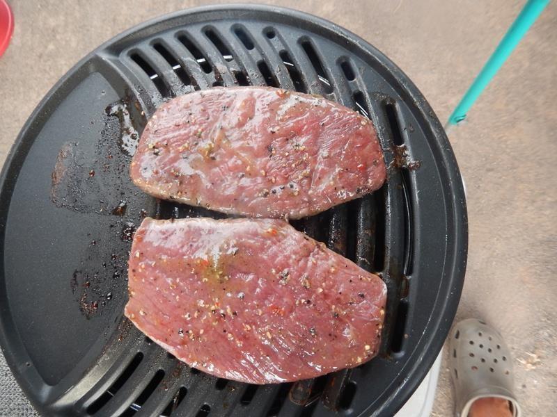 die anderen Steaks grillen eben so wenige Minuten auf der ......
