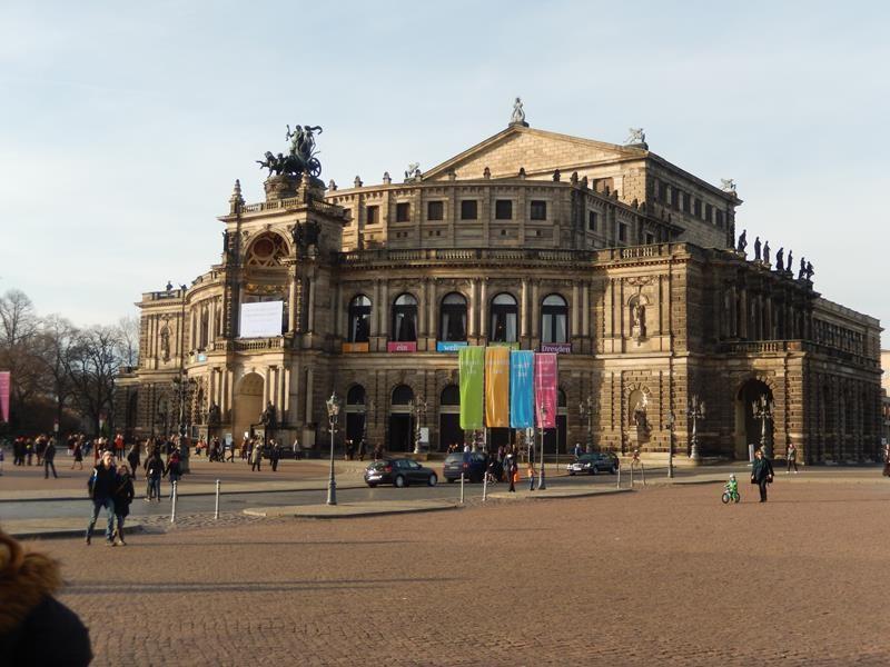 Wir sehen uns die Semper-Oper heute aus der Nähe an. Der Nussknacker wird aufgeführt.