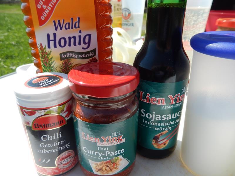 Sojasoße, Currypaste, Honig und Chilipulver wird alles nacheinander verrührt