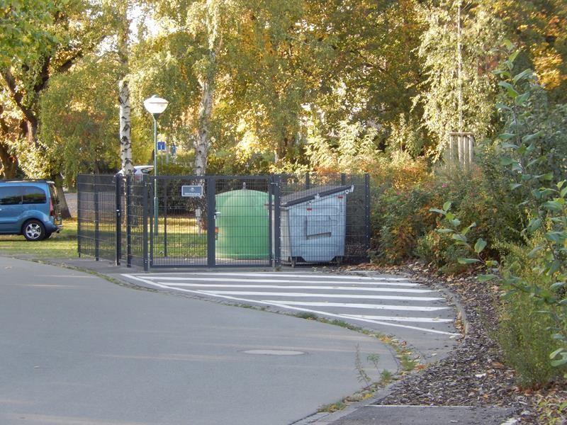 Die Müllstation ist außerhalb