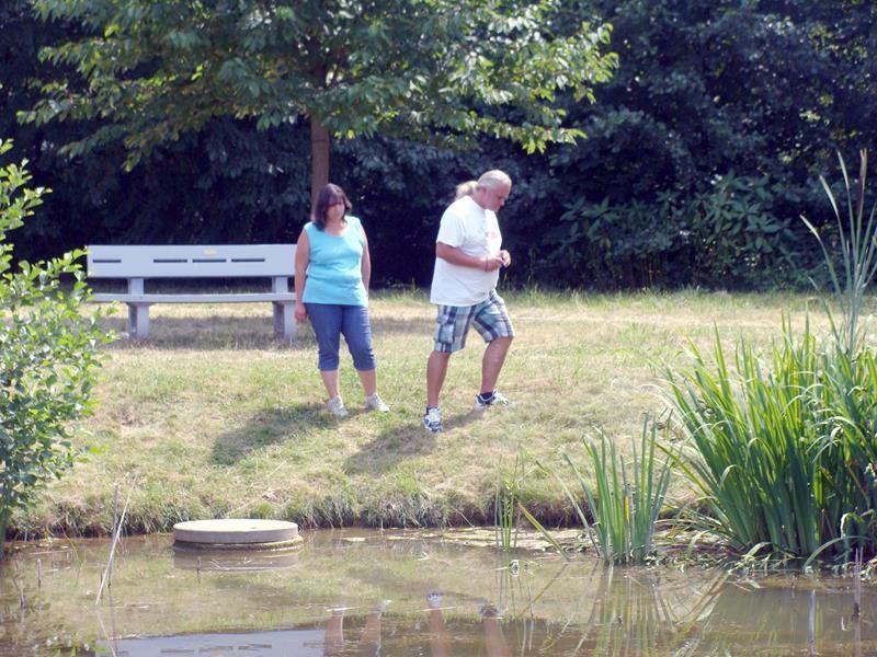 Michael und Sabine beobachten Frösche