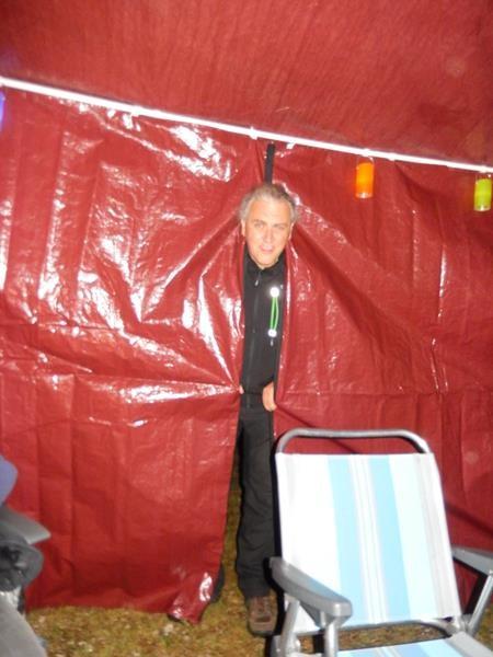 Michael hat ein Pavillon (Puffilon, weil es rot ist) dabei. Es hat angefangen zu regnen...da ist das perfekt.