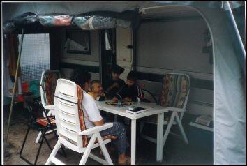 Wir stehen in Altenkirchen auf dem Campingplatz, nur durch die Dünen vom Meer getrennt. Man hört und riecht es.