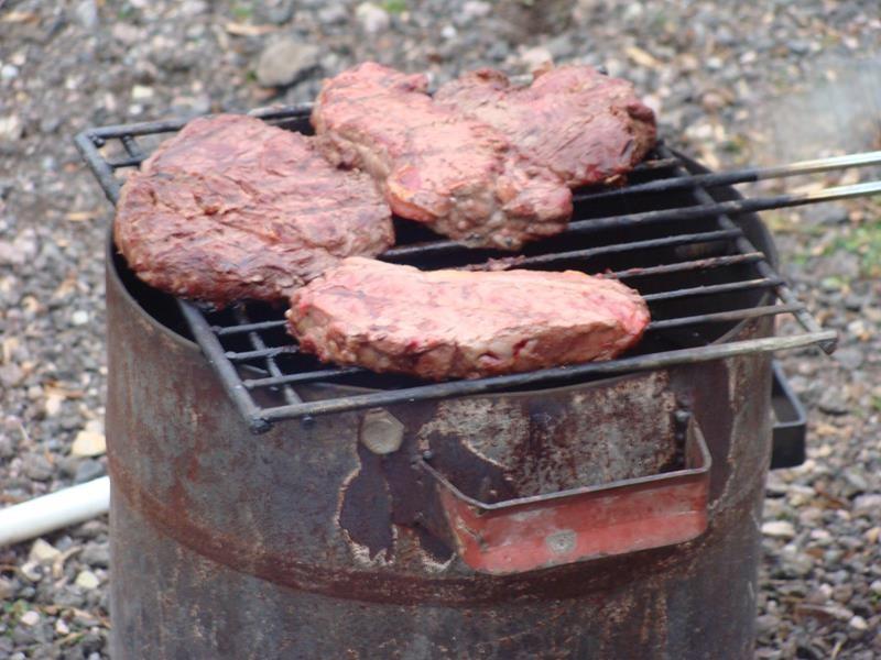 Und ab auf den Grill mit den Steaks.