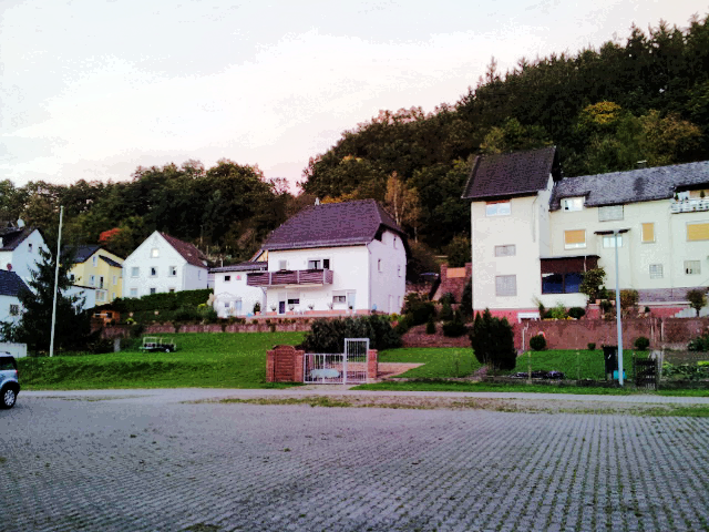Von Häusern umgeben