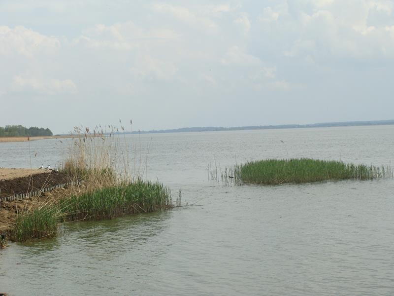 Der See. Quasi gegenüber vom Meer auf der anderen Seite des Ortes.