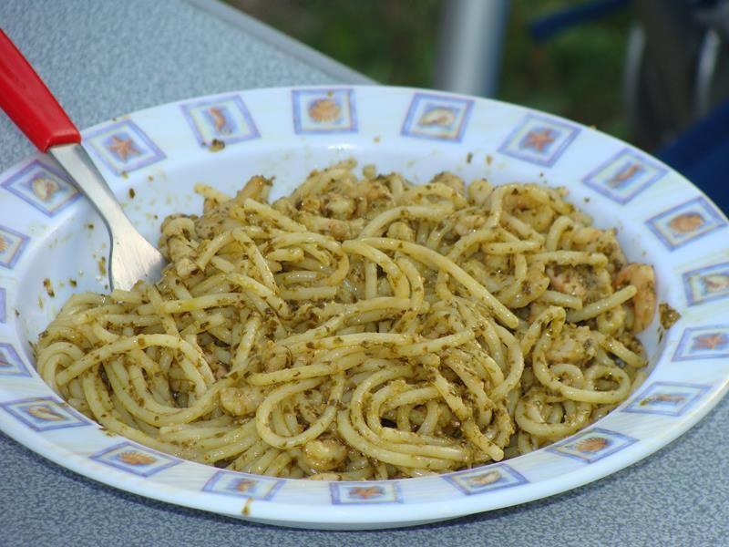 Spaghetti mit Pesto und Garnelen