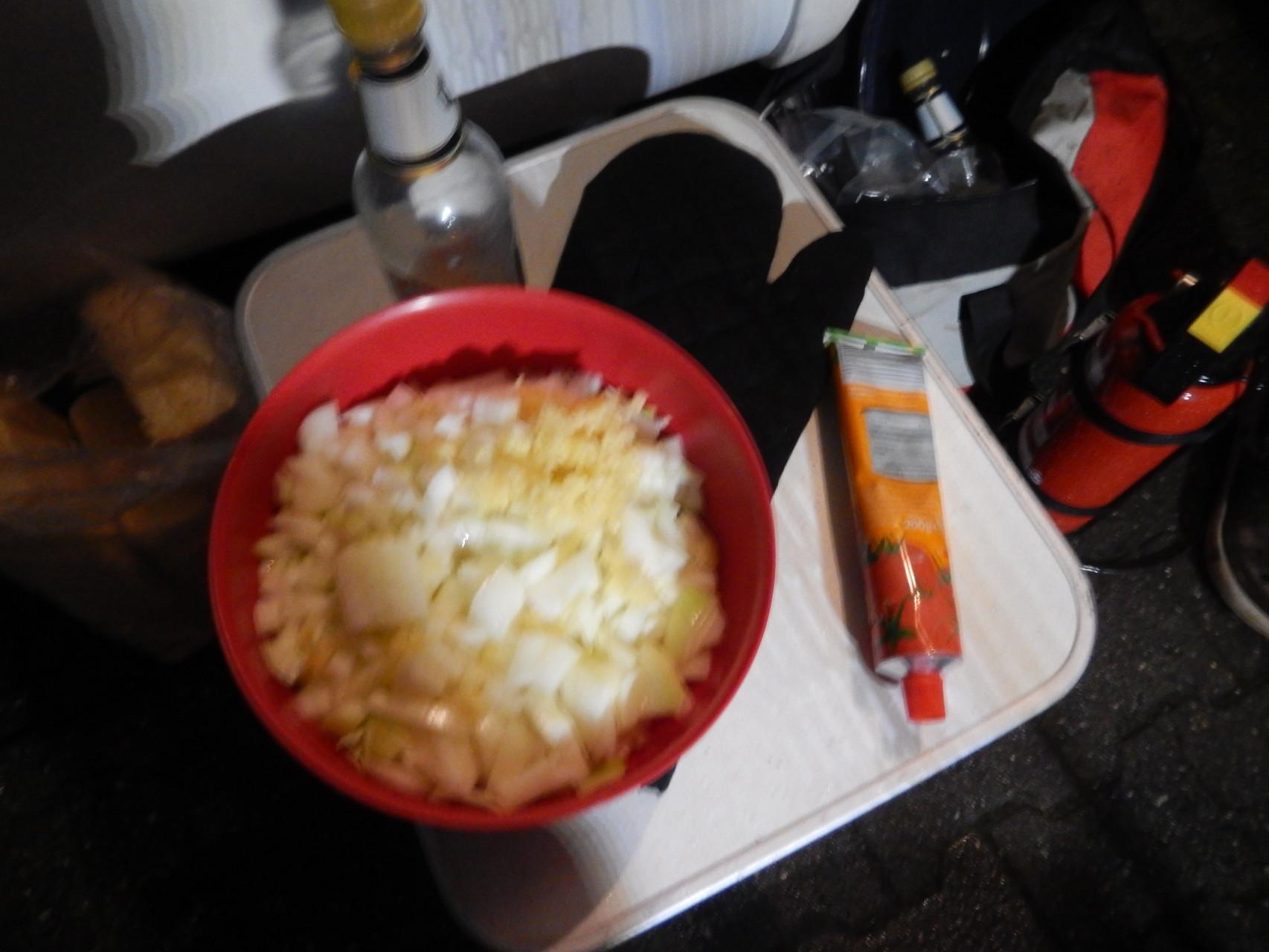 die ganze Tube Tomatenmark kommt jetzt auch rein und wird gut mit dem Gargut vermischt