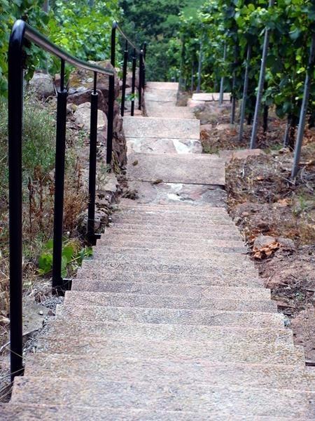 Hier geht es steile Stufen runter