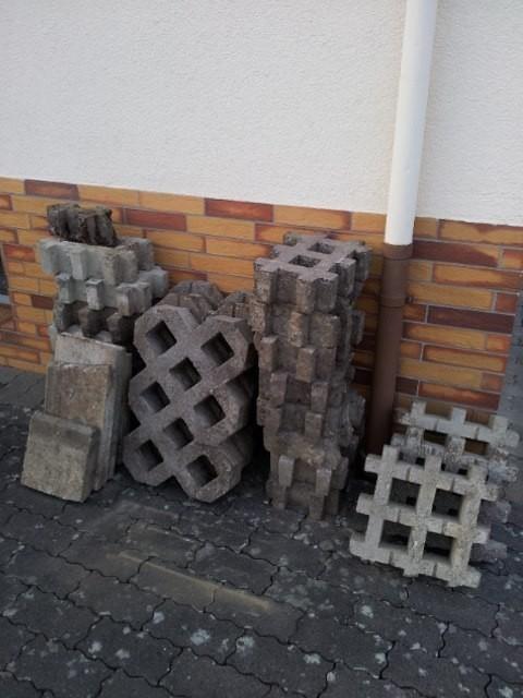 diese Gittersteine hatte ich schon mal in die Fahrspur eingesetzt gehabt. Doch die mussten jetzt raus