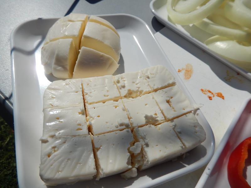der Mozzarella  ist geschnitten und wird auch mariniert und in Bacon eingewickelt