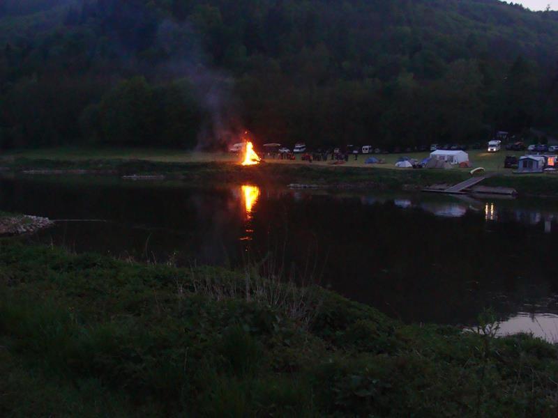 Auch auf dem Campingplatz gegenüber brennt das Osterfeuer.